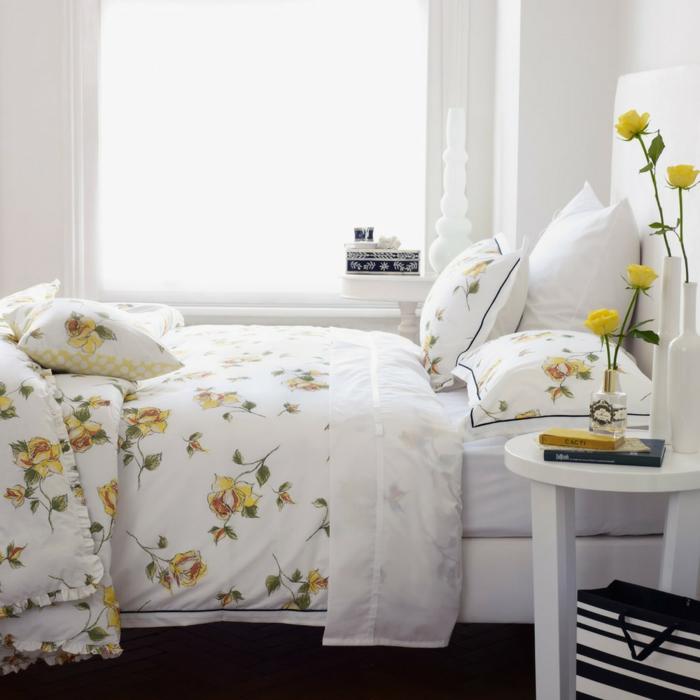 schöne bettwäsche dekoidee schlafzimmer beistelltisch blume