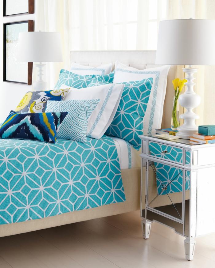 schlafzimmer dekorieren bettwäsche auswählen schöner beistelltisch dekokissen