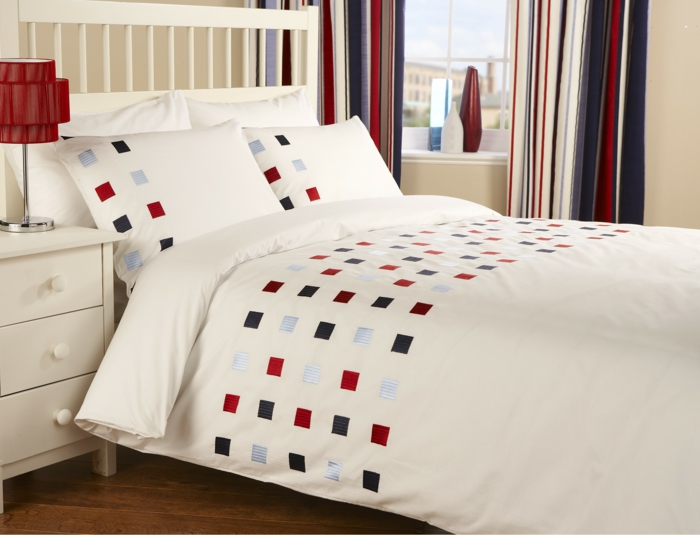 schlafzimmer dekorieren bettwäsche muster farbig rote tischlampe
