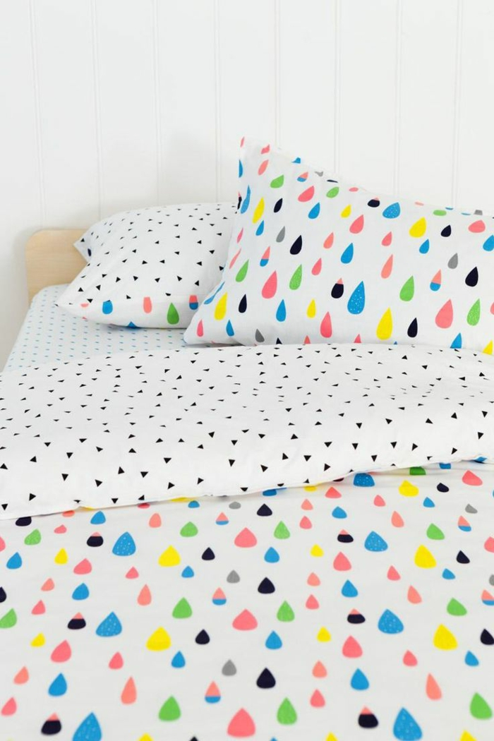schlafzimmer dekorieren farbige bettwäsche tropfen muster