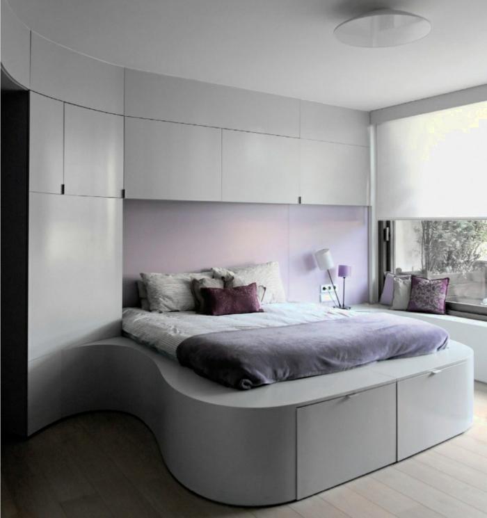 schlafzimmer einrichten ausgefallenes bett lila akzente