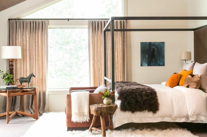 schlafzimmer einrichten himmelbett rustikaler beistelltisch