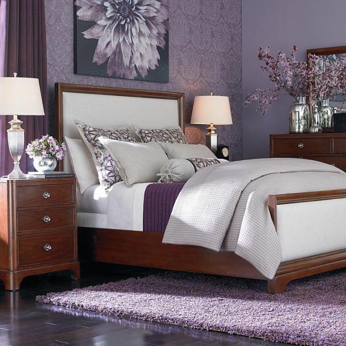 schlafzimmereinrichtung lila wandfarbe lila teppich elegante braune möbel