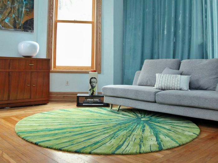 teppich reinigen wohnzimmer rundes design grün graues sofa