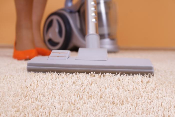 Teppich reinigen – Tipps, wie man den Wohnzimmerteppich