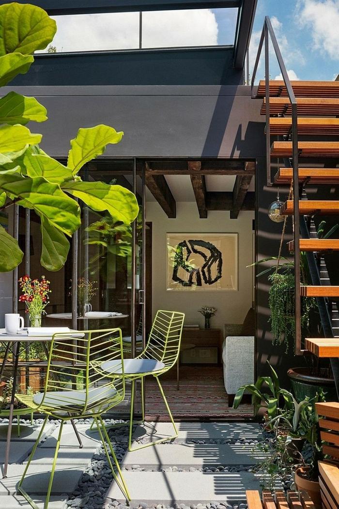 terrasse gestalten coole grüne stühle pflanzen