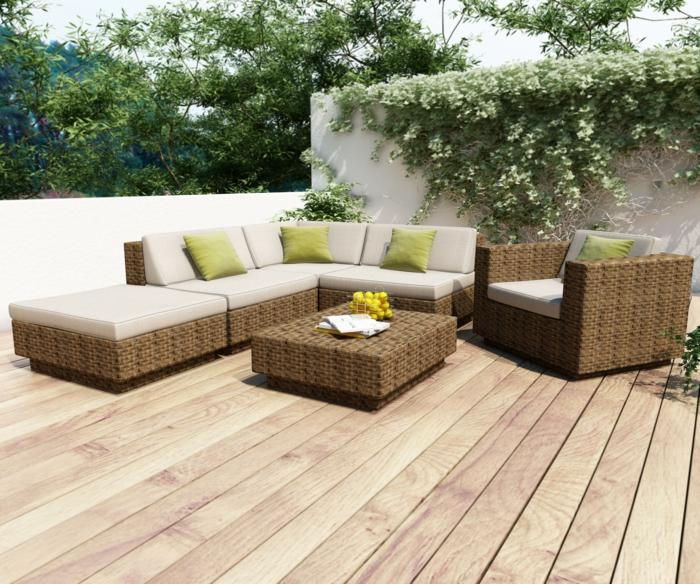 terrasse gestalten ideen holzboden rattanmöbel grün dekokissen