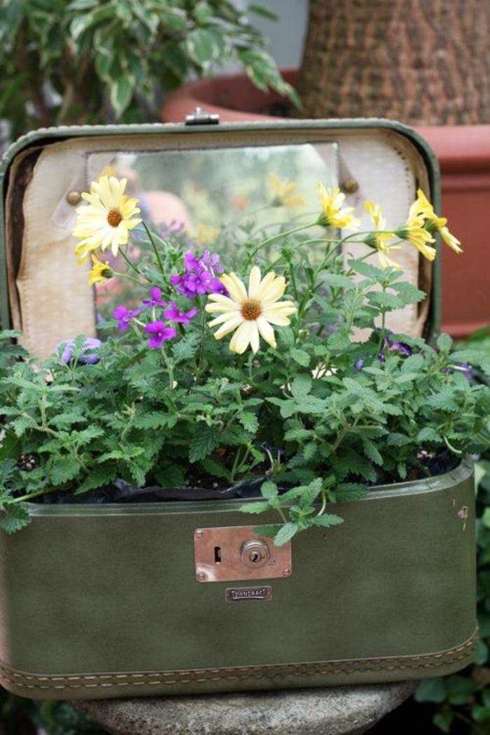 vintage deko garten alter koffer pflanzenbehälter praktisch