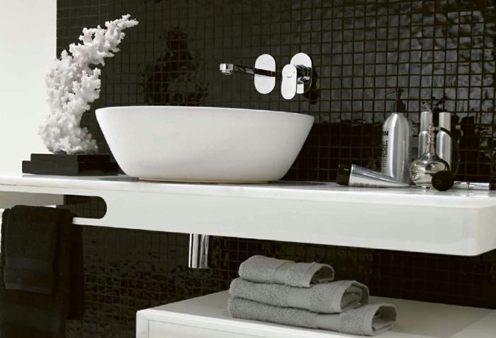 Badgestaltung Bad Ideen Badezimmer schwarz-weiß grauer waschbecken