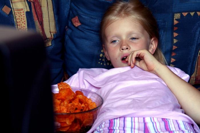 Gesunde Ernährung für Kinder vor dem fernseher