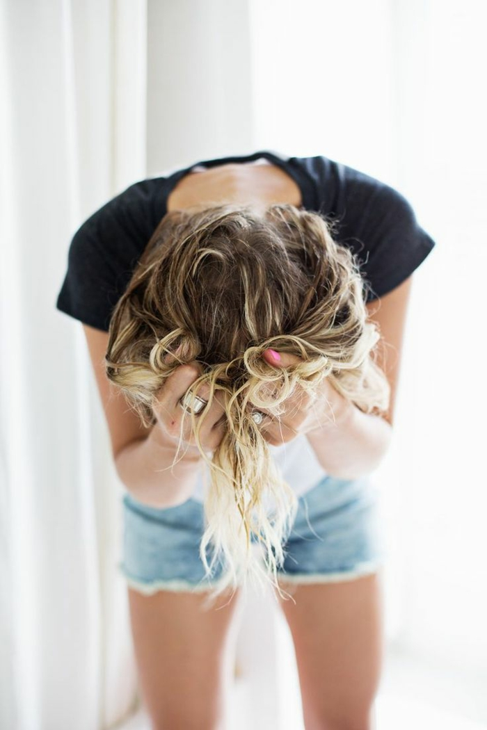 Moderne Frisur natürliche locken bändigen haarschnitte herbst