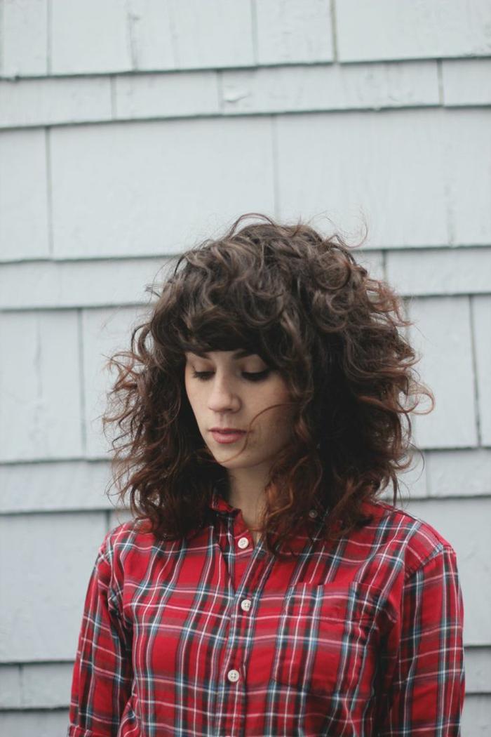 Moderne Frisur natürliche locken haarschnitte herbst