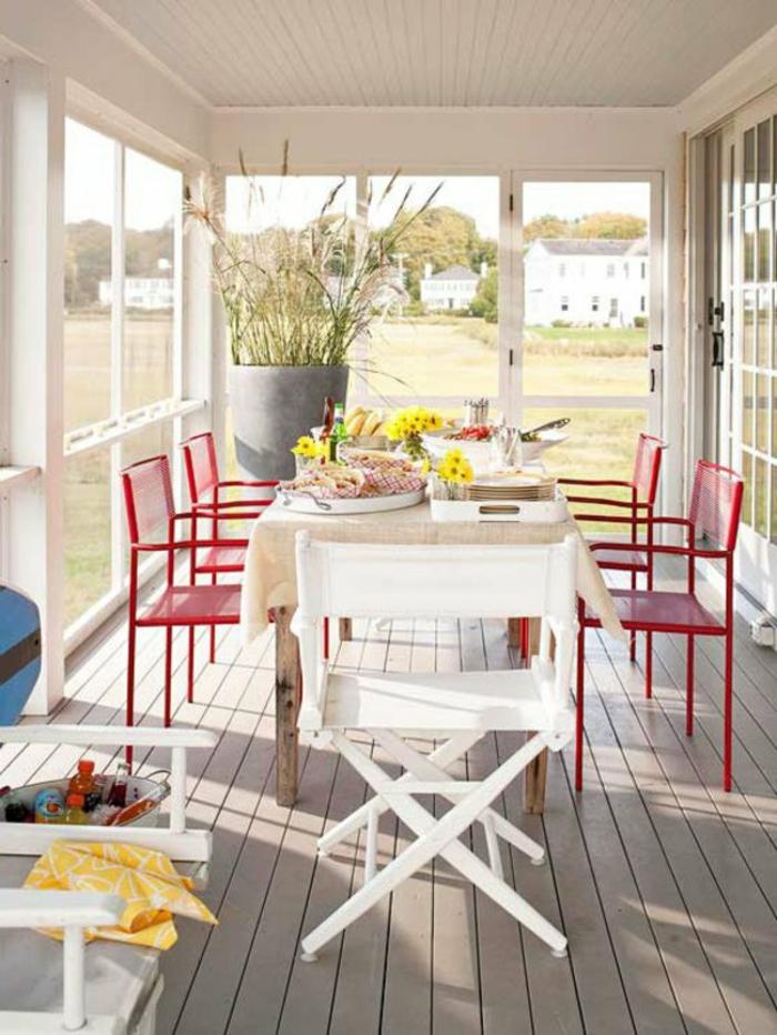 Moderne Terrassengestaltung Ideen metall stühle rot esstisch