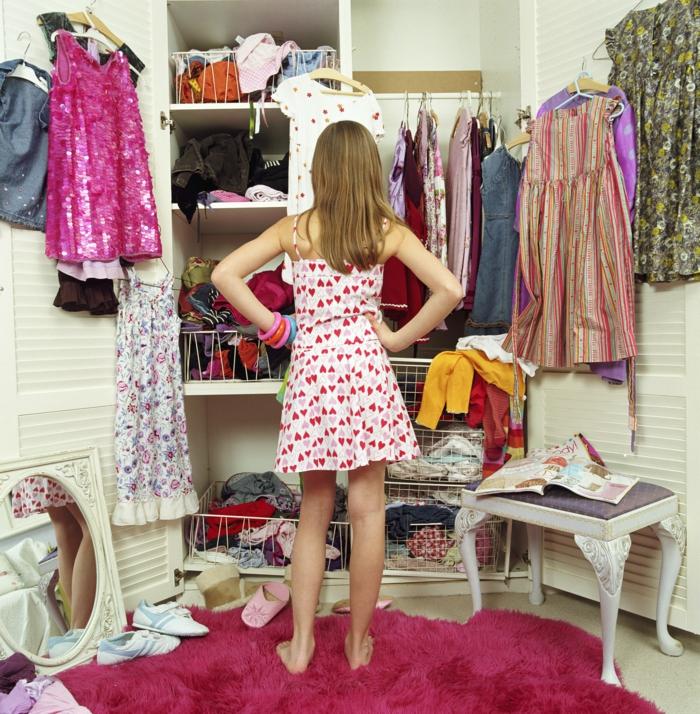 Schlafzimmer mit begehbarem Kleiderschrank ordnung