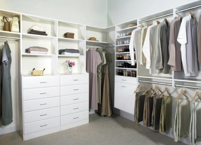 Schlafzimmer mit begehbarem Kleiderschrank weiße kommode