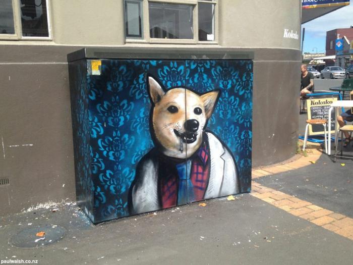 Streetart Künstler Hund in Menschenkleider