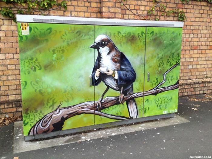 Street art Künstler vogel mit armen