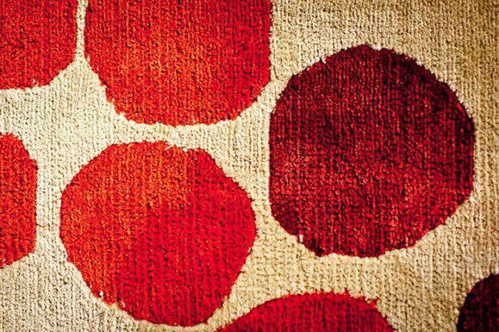 Wandteppich muster pünktchen rot Sabine de Gunzburg atelier