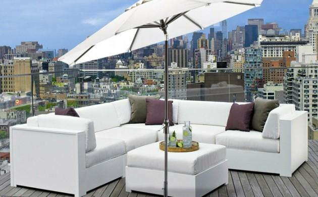 balkon-sonnenschirm-weiße-außenmöbel-dekokissen