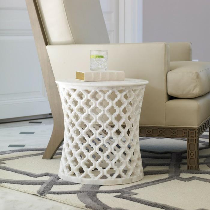 runder beistelltisch ein stilvolles kleinm belst ck. Black Bedroom Furniture Sets. Home Design Ideas