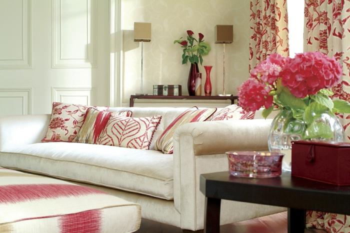 blumendeko für zuhause wohnzimmer dekorieren beistelltisch dekokissen
