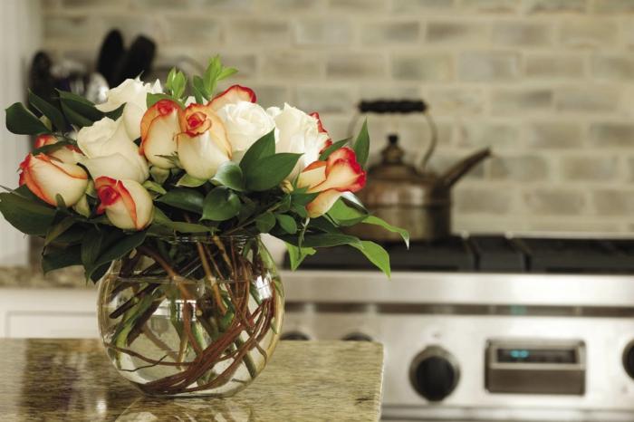 blumendeko ideen küche dekorieren kücheninsel verschönern rosen