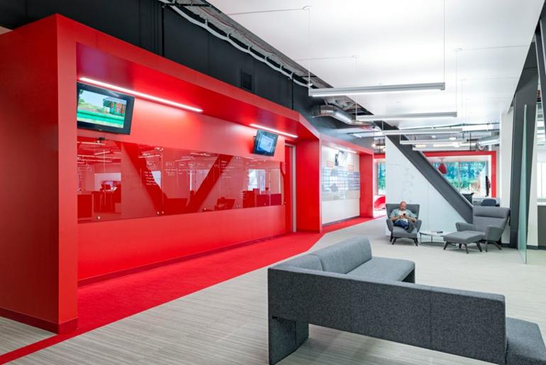 Moderne Büroeinrichtung mit roten Farbakzenten vom Blitz Design