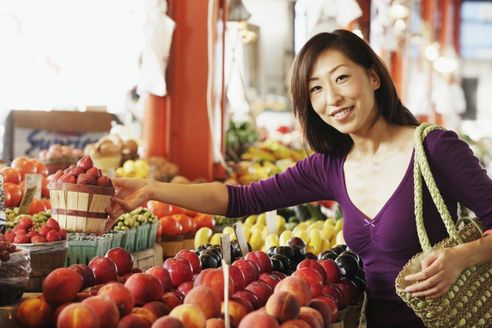 günstig lebensmittel einkaufen pfirsiche frau markt