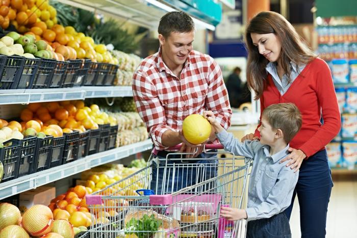 günstig lebensmittel einkaufen familie supermarkt obst und gemüse
