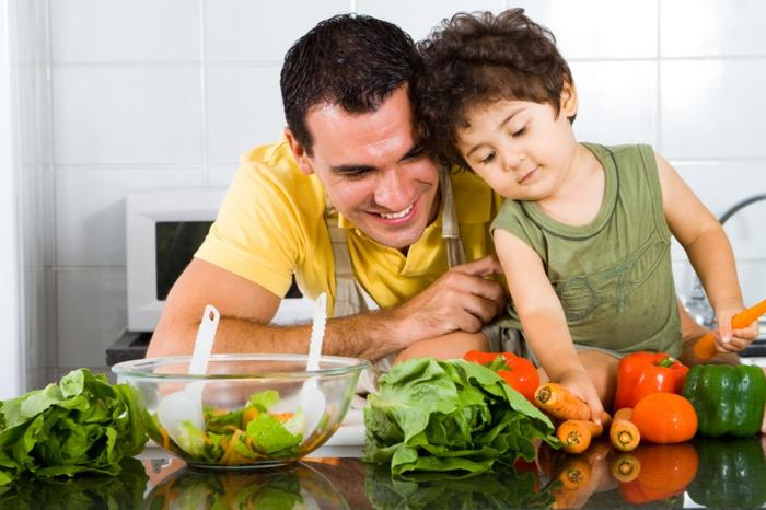 günstig lebensmittel einkaufen gemüse einkaufen vater und sohn
