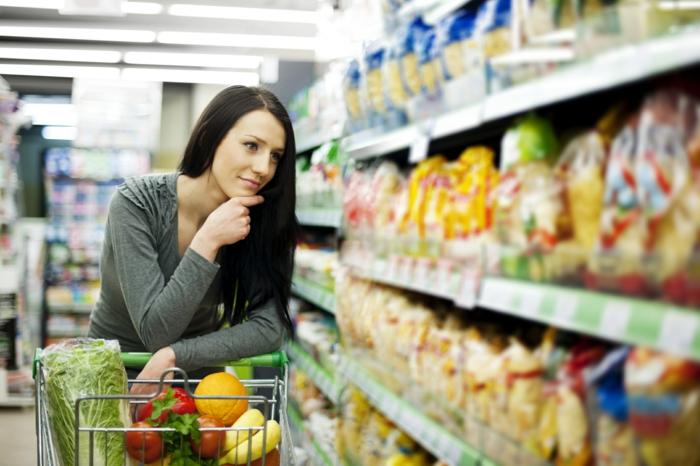 günstig lebensmittel einkaufen frau einkäufe machen