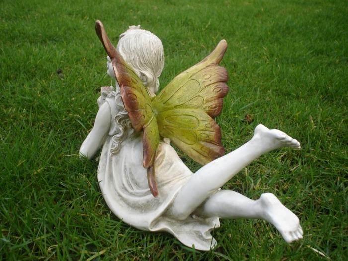 garten verschönern gartenfigur fee im gras