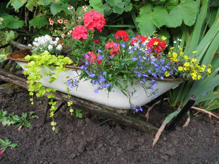 garten verschönern nachhaltige gartenideen pflanzenbehälter