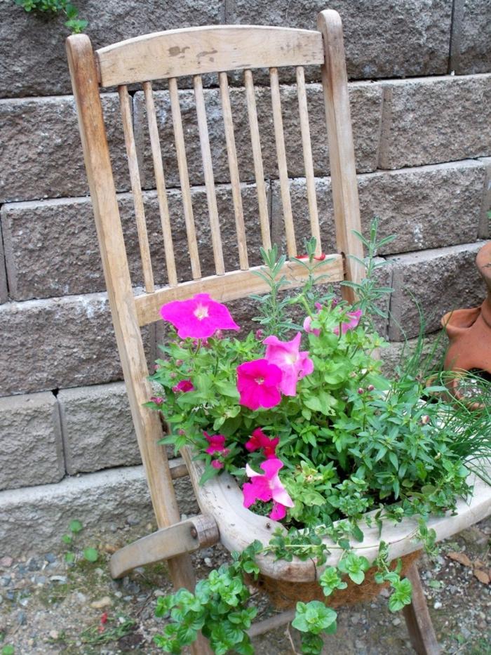 garten verschönern schöne gartenideen alter stuhl pflanzenbehälter