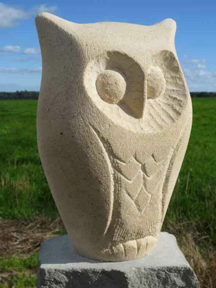 gartenskulpturen stein eule garten verschönern
