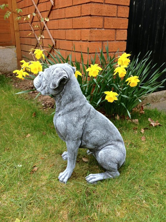 gartenskulpturen stein hund garten verschönern ideen