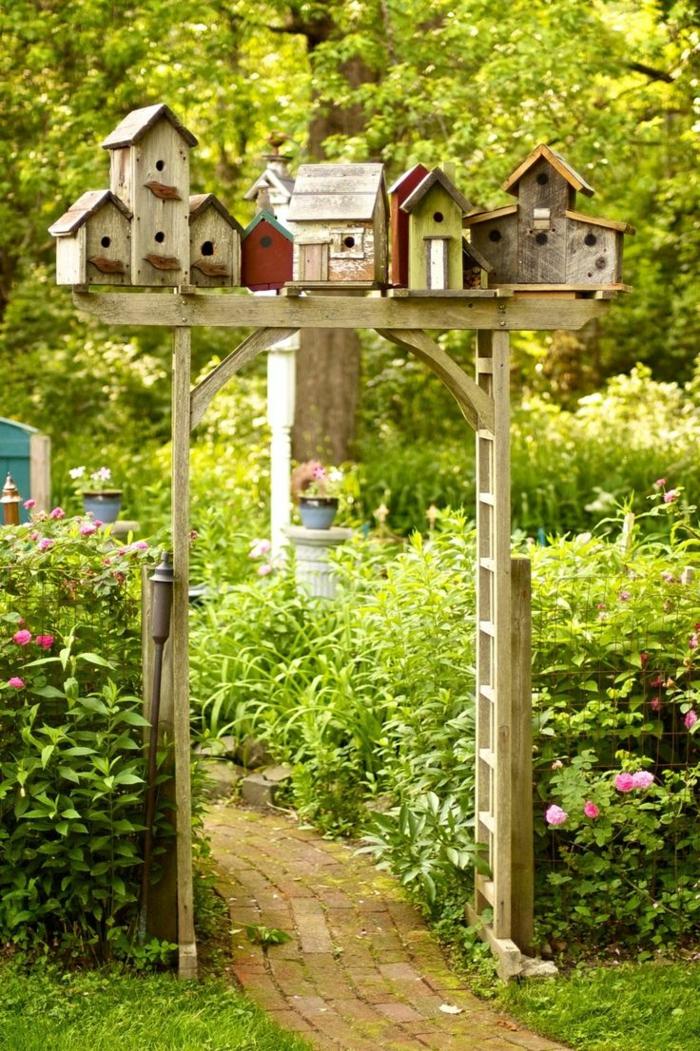 gartentür dekorativ vogelhäuschen pflanzen garten