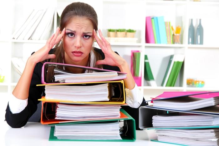 glückliches leben frau müde stress am arbeitsplatz