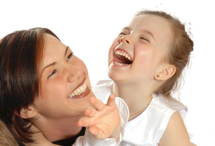 glückliches leben mehr lachen mutter und tochter