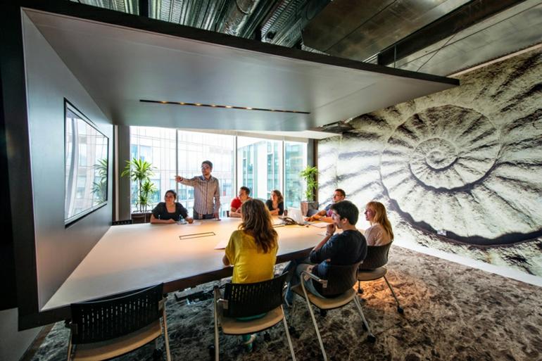 google campus dublin büroeinrichtung stress am arbeitsplatz konferenzsaal