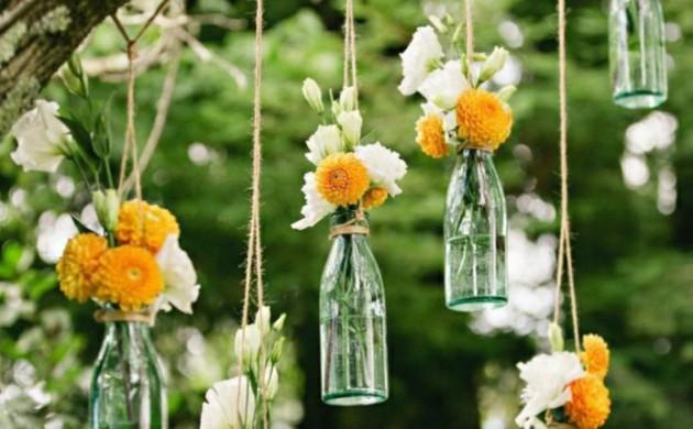 hochzeitsdeko-tendenzen-blumen-hängende-glasflaschen