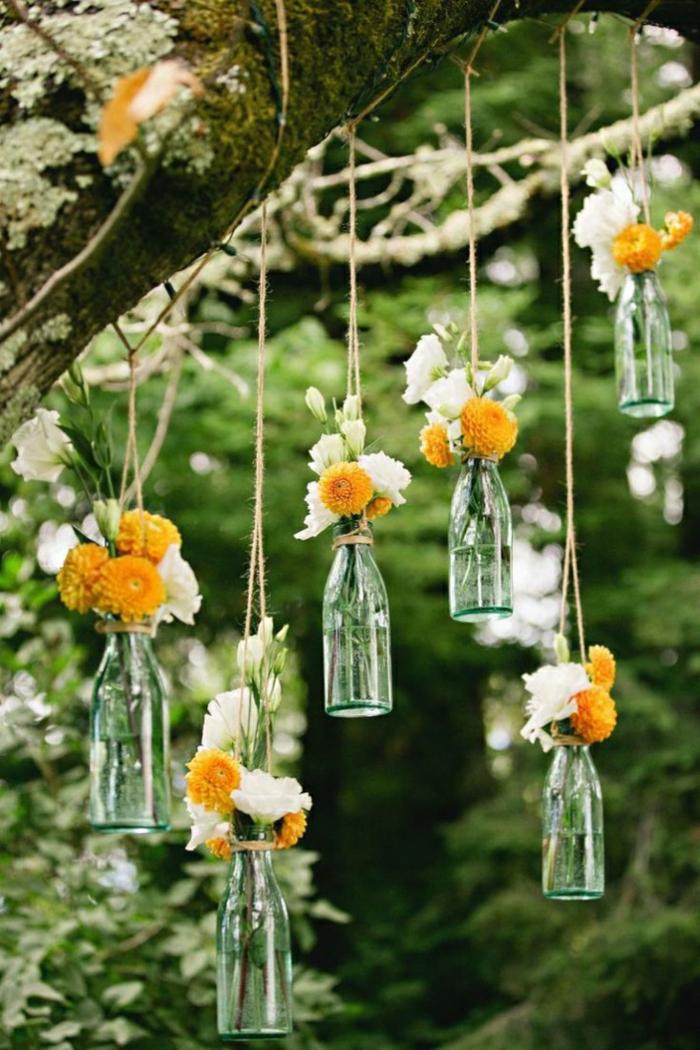 hochzeitsdeko tendenzen blumen hängende glasflaschen