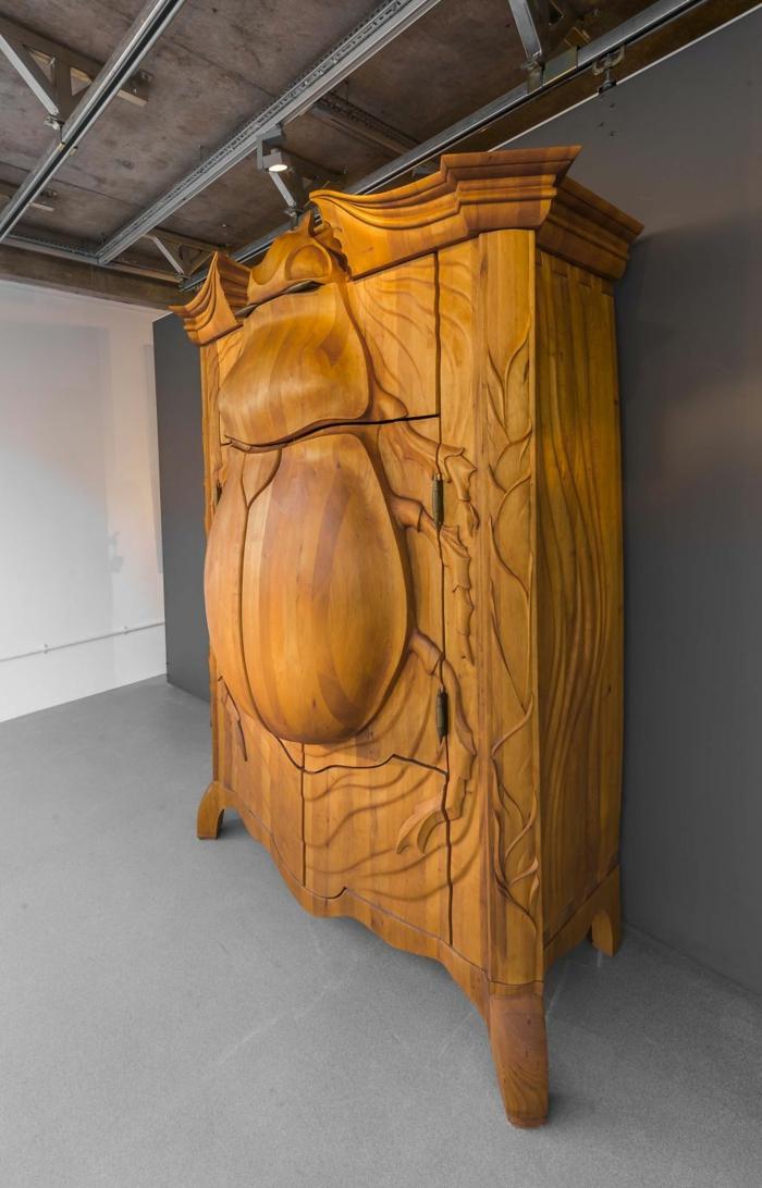 holzschnitzerei kleiderschrank käfer figur massiv