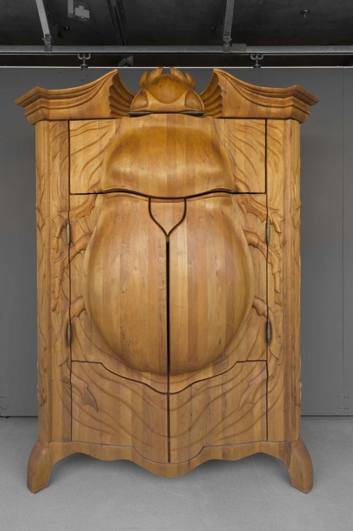 holzschnitzerei massives holz kleiderschrank käfer