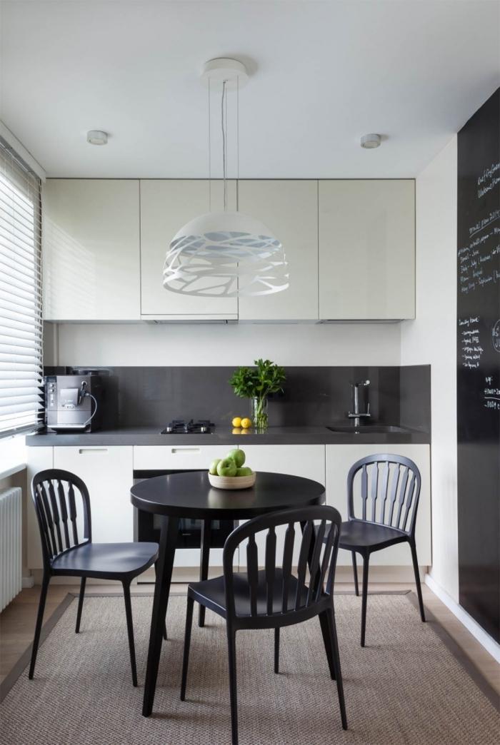 küche mit kochinsel esstisch mit stühlen schwarz