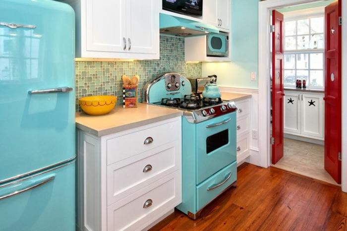 kücheneinrichtung farbige möbelstücke holzboden retro kühlschrank