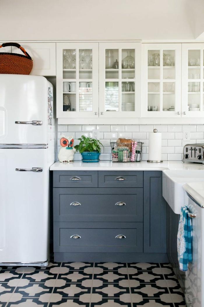 kücheneinrichtung graue küchenschränke weiße wandschränke weißer retro kühlschrank