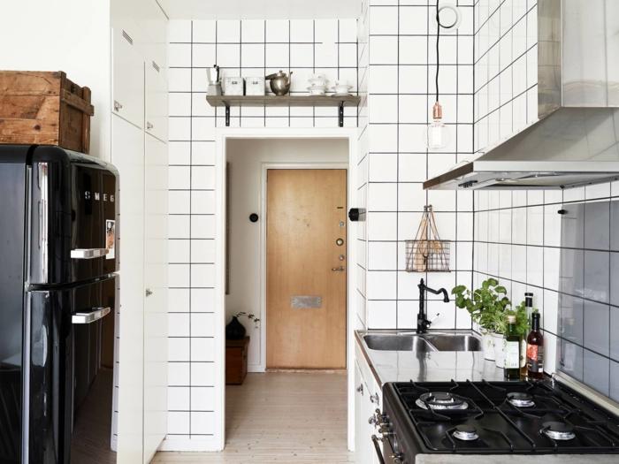kücheneinrichtung schwarzer retro kühlschrank weiße wandfliesen pflanzen