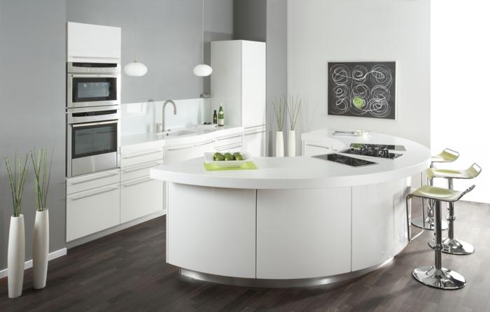 kücheninsel weiß gebogenes modell grüne barhocker bodenvasen