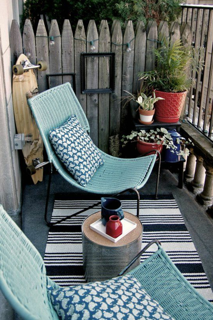 korbstühle dekokissen kleiner balkon teppichläufer